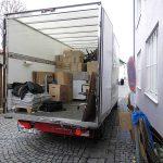 Halb beladener Umzugswagen bei Firmenumzug in München