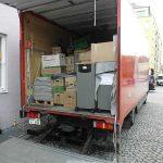 Beladener Umzugswagen mit offenen Kofferraum bei Büroumzug