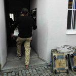 Mann trägt Möbel in Gebäude bei Firmenumzug München