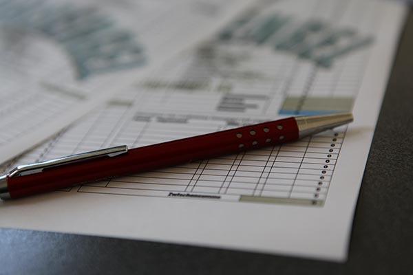 Nahaufnahme roter Kugelschreiber auf Formular