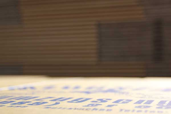 Nahaufnahme Deckel Umzugskarton mit blauer Schrift