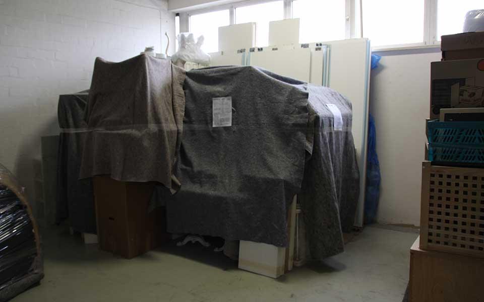 Möbellager in München mit zugedeckten Möbeln