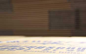 Deckel Umzugskarton Nahaufnahme mit blauer Schrift