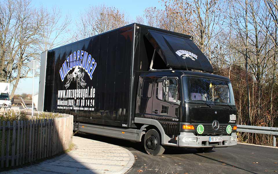 Schwarzer Möbeltransporter von Umzugsengel bei Umzug