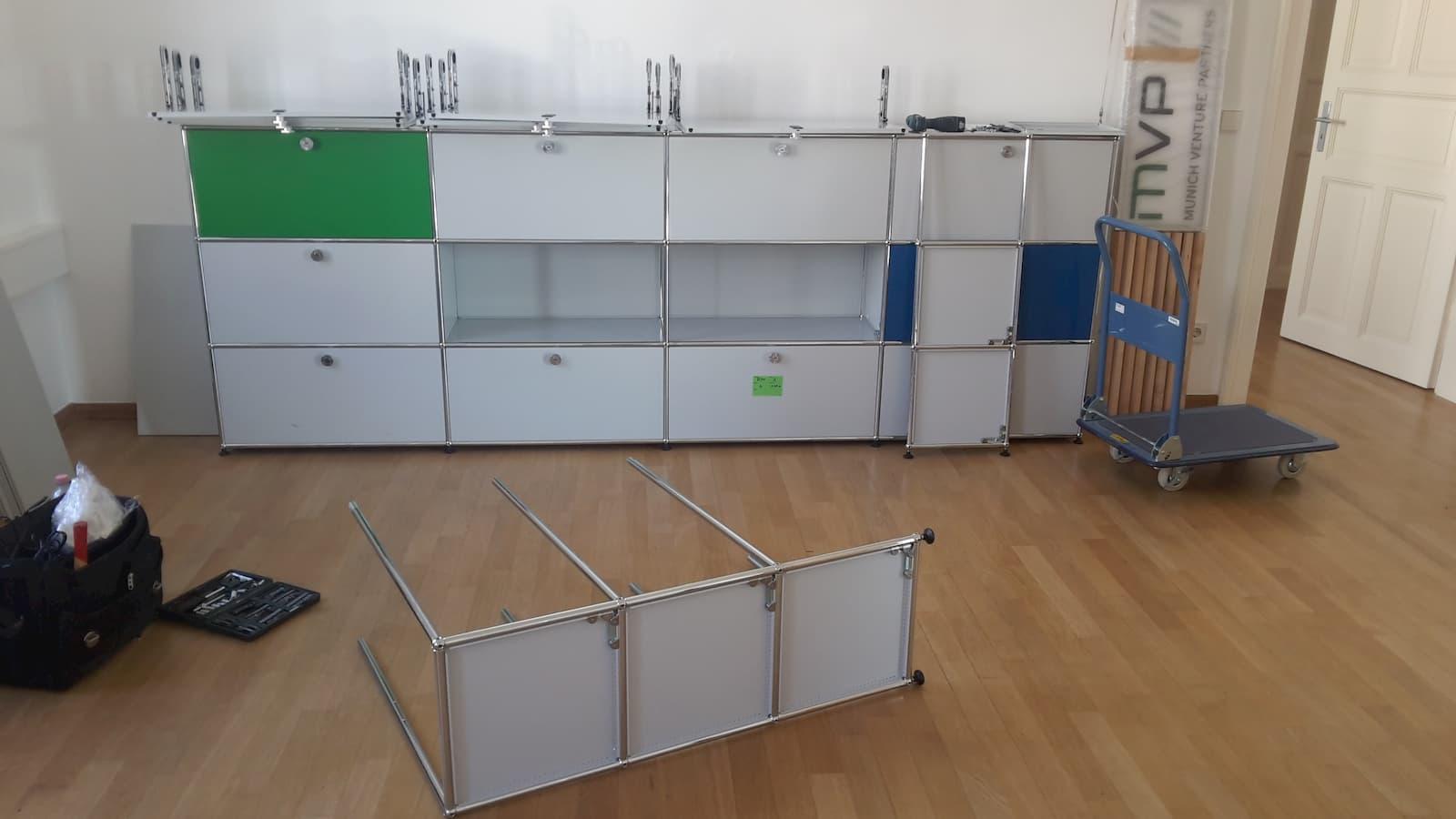 Schränke werden bei Büroumzug in München abgebaut