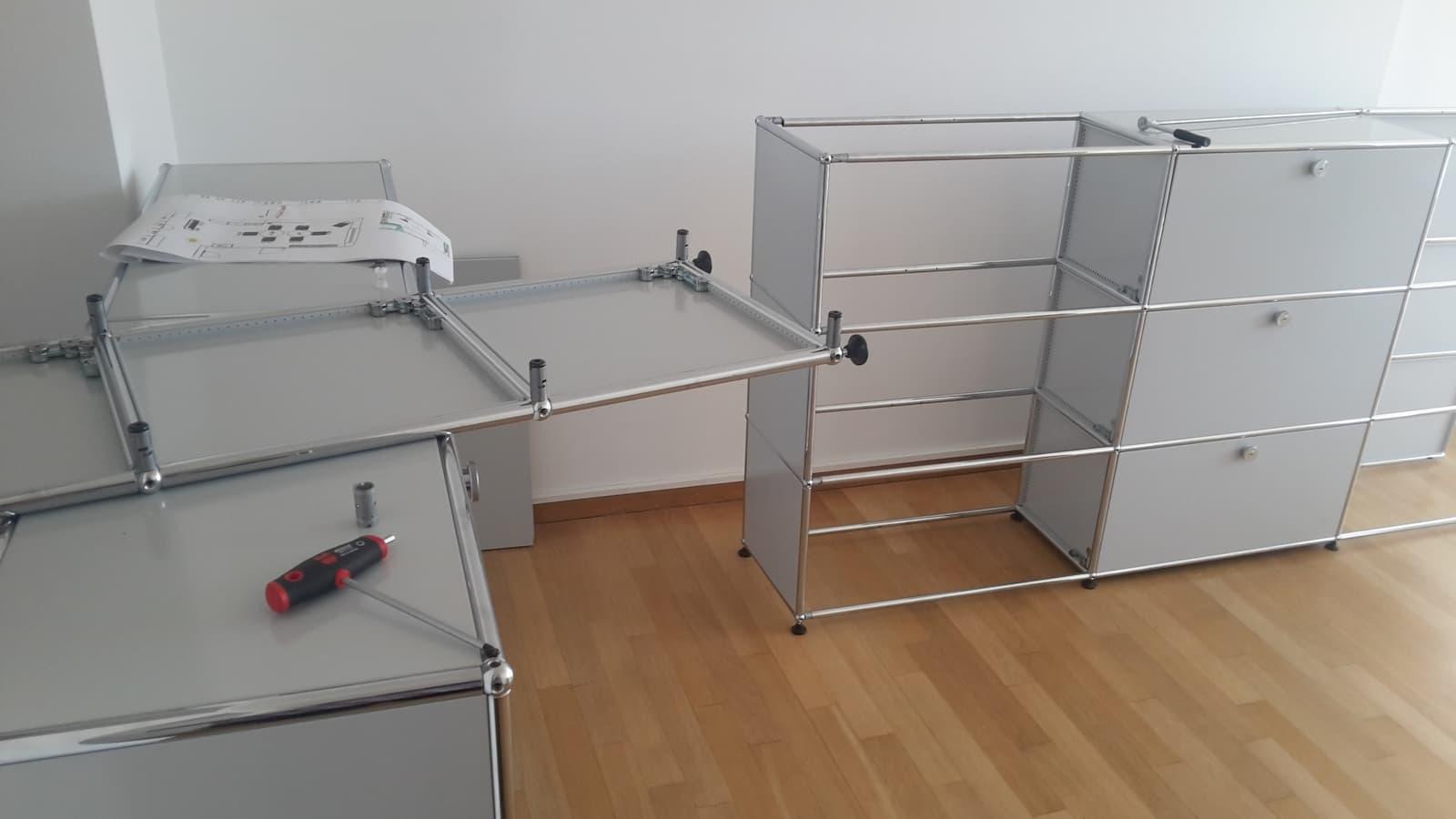 Helle Büroschränke werden bei einem Büroumzug in München aufgebaut